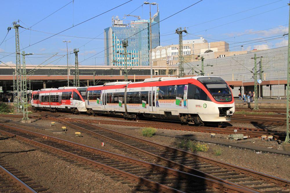 Die beiden Regiobahn-Triebwagen 643 730+230 und 643 228+728 verlassen als Zug der Linie S 28 auf der Fahrt von Mettmann-Stadtwald nach Kaarster See am 10.09.2015 den Düsseldorfer Hauptbahnhof.