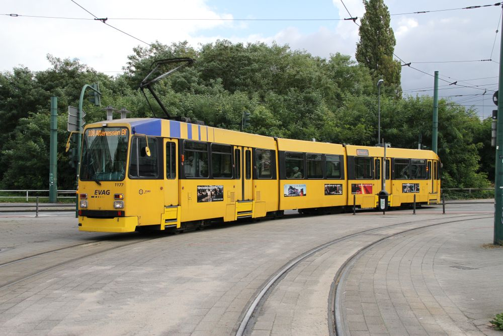 Straßenbahnwagen M8C 1177 der Essener Verkehrs AG auf der Linie 108 von Bredeney nach Essen-Altenessen, 3.10.17, Einfahrt Hst. Bf. Altenessen